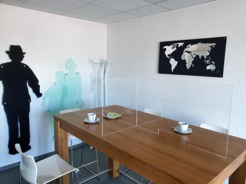 Hygieneplatztrenner aus Acrylglas - glasklar, 2 Steckteile um 4 Plätze zu trennen ! 6 ! mm, mit Durchreiche